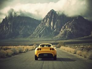 Lotus amarillo circulando por una carretera