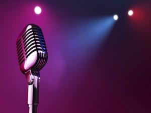 Focos iluminando un micrófono