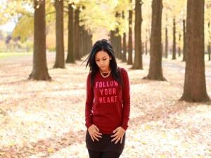 Chica caminando por una arboleda