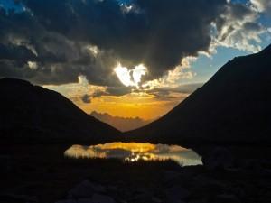 Cielo reflejado en un pequeño lago