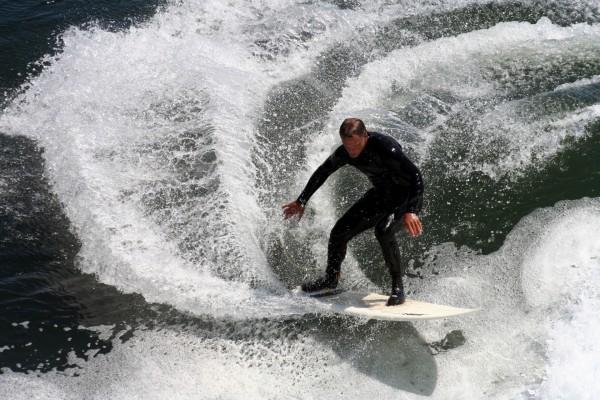 Hombre surfeando