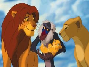Simba y Nala observando a su cachorro en brazos de Rafiki (El Rey León)