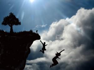 Chicos saltando por un acantilado