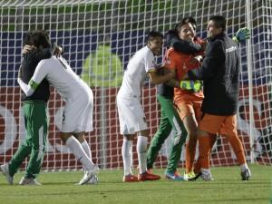 """Abrazos entre los jugadores de Bolivia en un partido de la """"Copa América 2015"""""""