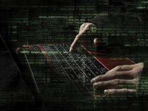 Manos masculinas sobre las teclas de un ordenador