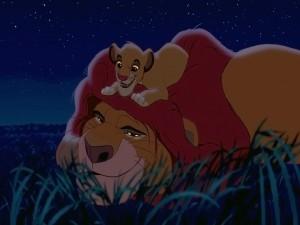 Simba sobre la cabeza de su padre Mufasa (El Rey León)
