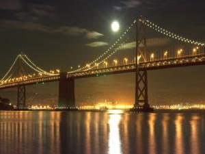 Luna llena sobre un gran puente