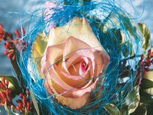 Un original ramo con una gran rosa