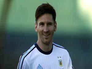 Leo Messi sonriendo con la camiseta de Argentina