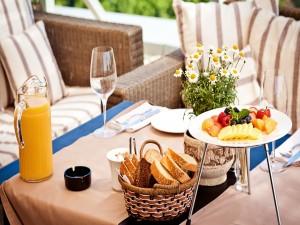 Desayuno en la mesa del jardín