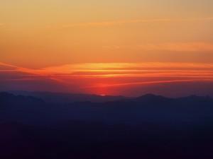 Cielo naranja a la salida del sol