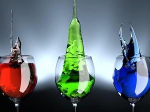 Líquido rojo, verde y azul en unas copas
