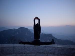 Practicando yoga en un bonito lugar