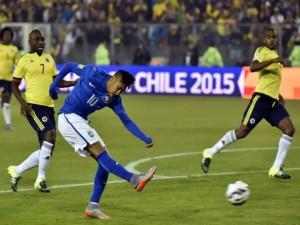"""Neymar lanzando el balón en el partido contra Colombia """"Copa América 2015"""""""