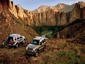Dos Jeeps parados entre montañas rocosas