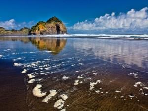 Peñasco en una gran playa