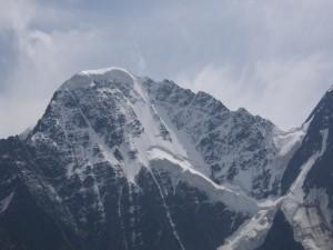 Nieve en la cima de una gran montaña