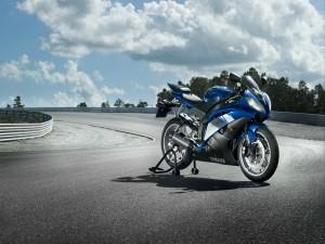 Yamaha R6 en una carretera