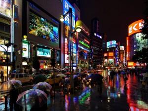 Noche lluviosa en una gran ciudad asiática