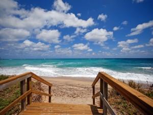Escaleras de madera en una playa