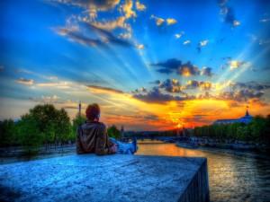 Chico contemplando un bonito amanecer en París