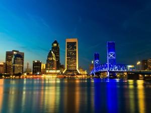 Puente y edificios iluminados en una ciudad