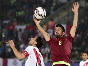 """Jugador de Venezuela tocando el balón en el partido contra Perú """"Copa América 2015"""""""