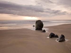 Rocas alineadas en una playa