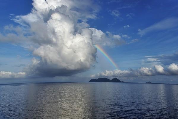 Nubes y arcoíris sobre el mar