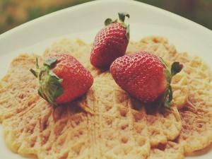 Fresas frescas sobre unos gofres