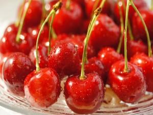 Unas ricas cerezas rojas