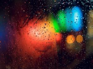 Luces tras una ventana mojada
