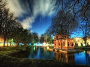 Anochece en el lago de un parque