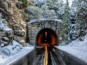 Túnel en una carretera invernal