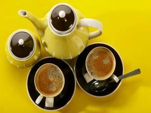 Dos tazas de café sobre un platillo