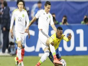 """Julio Cesar Domínguez (México) peleando por el balón contra Ecuador """"Copa América 2015"""""""