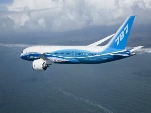 Un boeing 787 volando sobre el mar