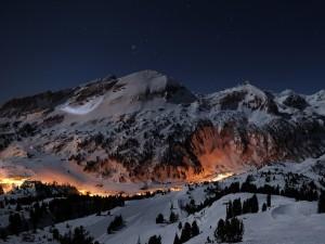 Luces en una pista de esquí al anochecer