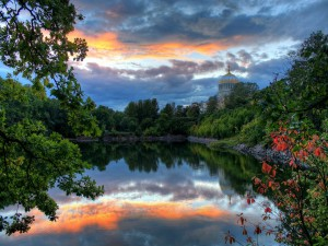 Cielo reflejado en el lago de un jardín