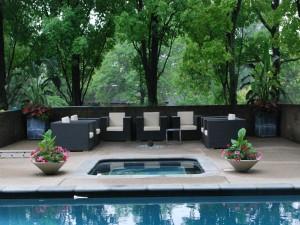 Un bonito jardín con piscina
