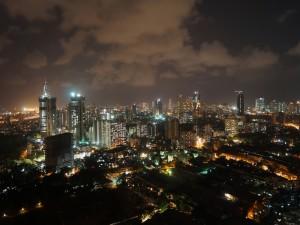 Nubes sobre una ciudad al caer la noche