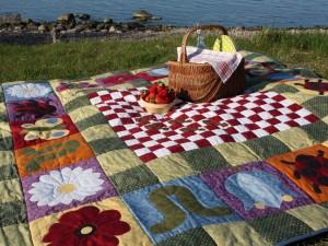 Cesta de picnic y un tazón de fresas