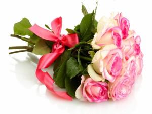 Ramo de rosas atado con una cinta de color rosa