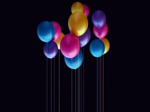 Globos de colores sobre un fondo negro