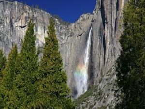 Cascada con un pequeño arcoíris