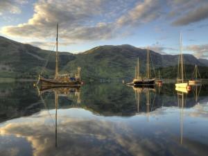 Barcos reflejados en el agua