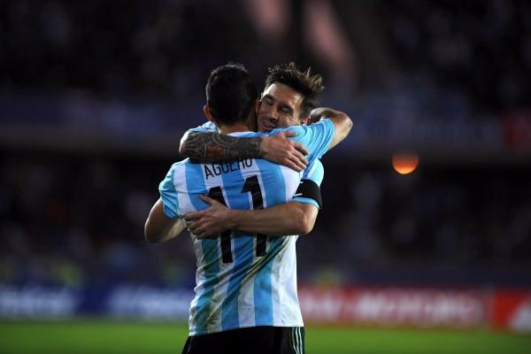 """Abrazo de Messi y Agüero en el campo de juego """"Copa América 2015"""""""
