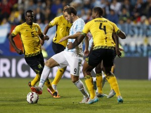 "Higuaín (Argentina) rodeado de jugadores jamaicanos ""Copa América 2015"""