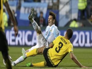 """Messi (Argentina) y Hector (Jamaica) en el suelo """"Copa América Chile 2015"""""""