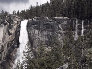 Cascada cayendo sobre la pared de roca
